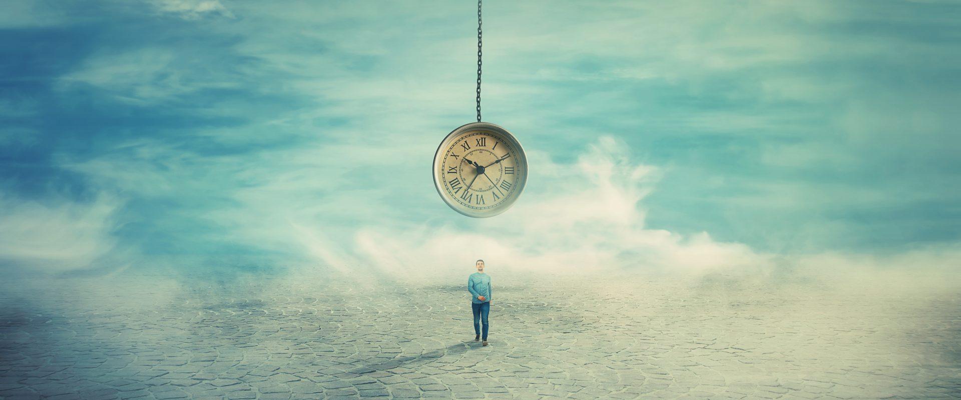 Eine Person geht über einen Platz, über ihr schwebt eine Uhr, umgeben von Wolken.